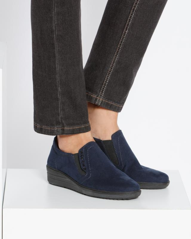 slipper-mit-cut-out-muster
