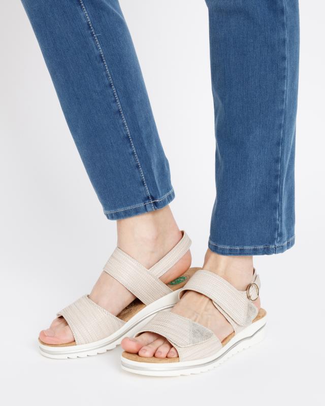 sandale-mit-metallicglanz