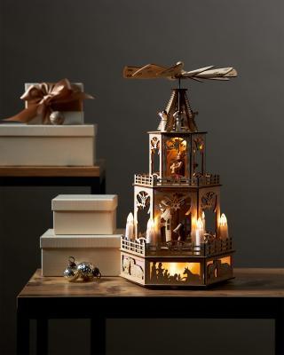 LED Holzpyramide mit flammenlosen Kerzen